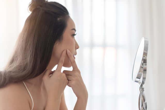 ニキビが顔が硬くなるとほうれい線の原因に